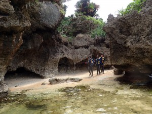 琉球石灰岩の地形を見ながら・・・・ワクワクドキドキ