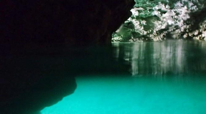 石垣島の秘境 青の洞窟へ
